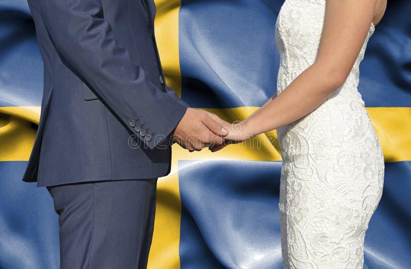 Marido y esposa que llevan a cabo las manos - fotograf?a conceptual del matrimonio en Suecia fotografía de archivo libre de regalías