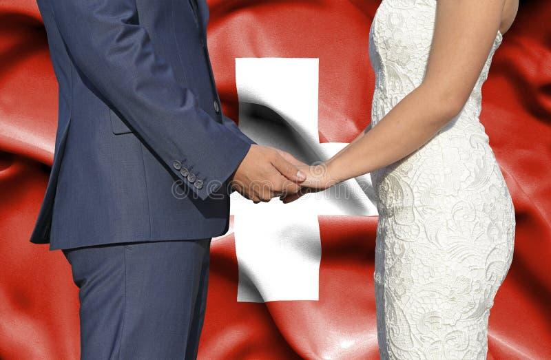 Marido y esposa que llevan a cabo las manos - fotograf?a conceptual del matrimonio en suizo fotos de archivo