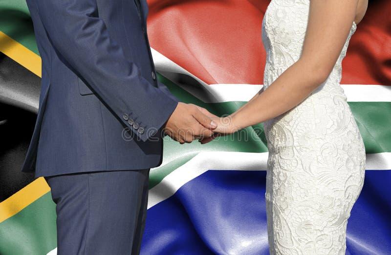 Marido y esposa que llevan a cabo las manos - fotograf?a conceptual del matrimonio en Sur?frica imagenes de archivo