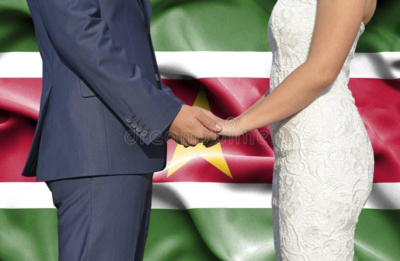 Marido y esposa que llevan a cabo las manos - fotograf?a conceptual del matrimonio en Suriname imágenes de archivo libres de regalías