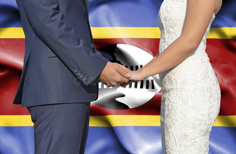 Marido y esposa que llevan a cabo las manos - fotograf?a conceptual del matrimonio en Swazilandia foto de archivo