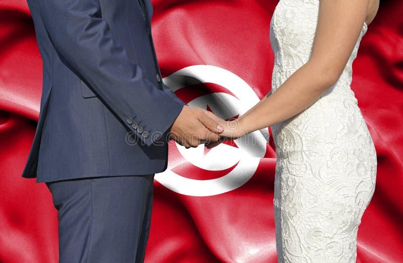Marido y esposa que llevan a cabo las manos - fotograf?a conceptual del matrimonio en T?nez imágenes de archivo libres de regalías
