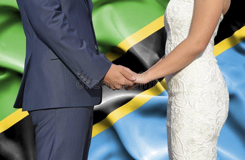 Marido y esposa que llevan a cabo las manos - fotograf?a conceptual del matrimonio en Tanzania foto de archivo