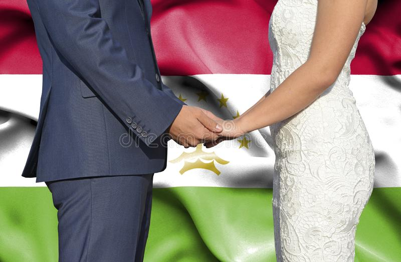 Marido y esposa que llevan a cabo las manos - fotograf?a conceptual del matrimonio en Tayikist?n imagen de archivo libre de regalías
