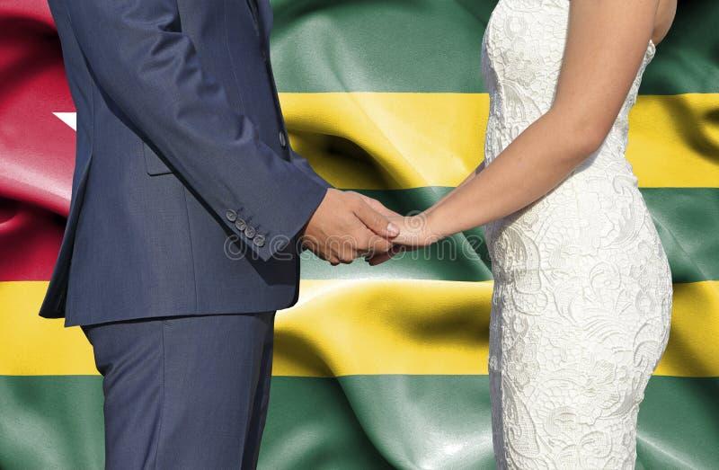 Marido y esposa que llevan a cabo las manos - fotograf?a conceptual del matrimonio en Togo fotografía de archivo libre de regalías
