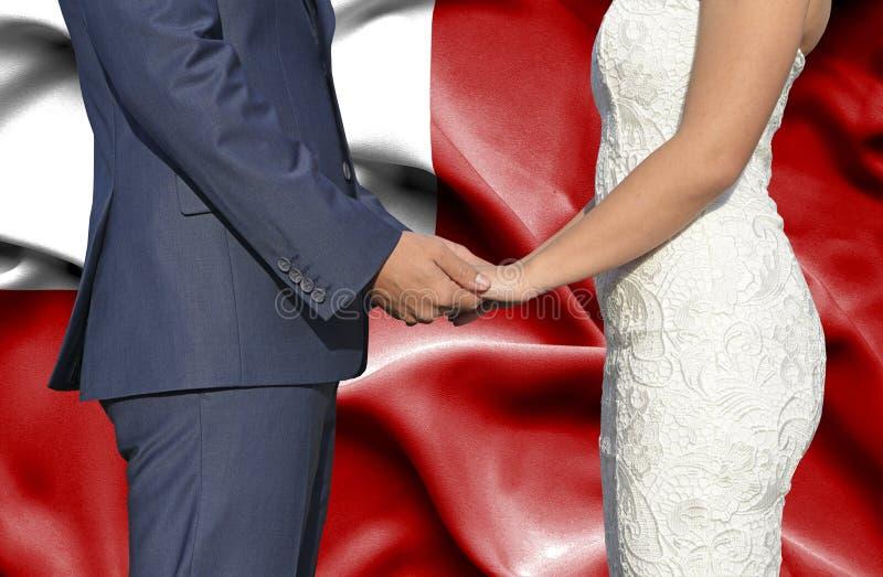 Marido y esposa que llevan a cabo las manos - fotograf?a conceptual del matrimonio en Tonga imagen de archivo libre de regalías