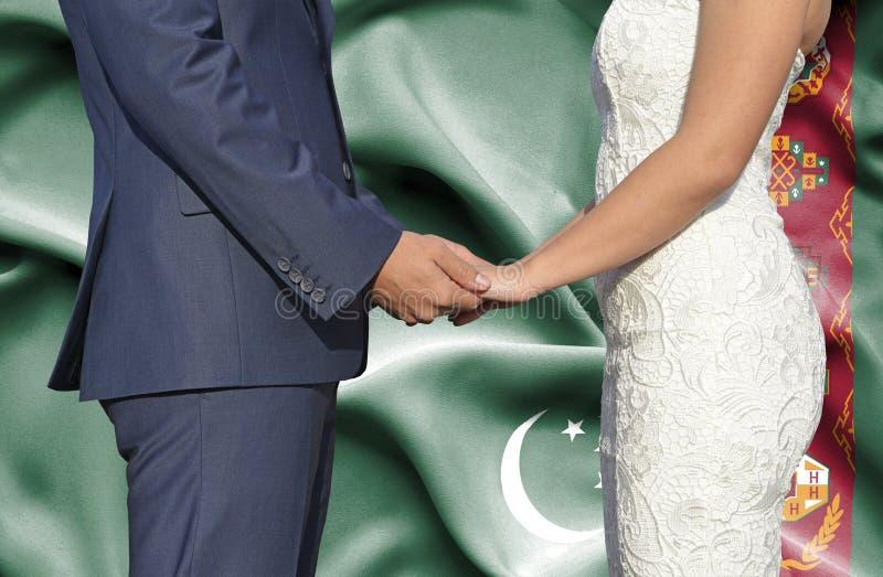 Marido y esposa que llevan a cabo las manos - fotograf?a conceptual del matrimonio en Turkmenist?n foto de archivo