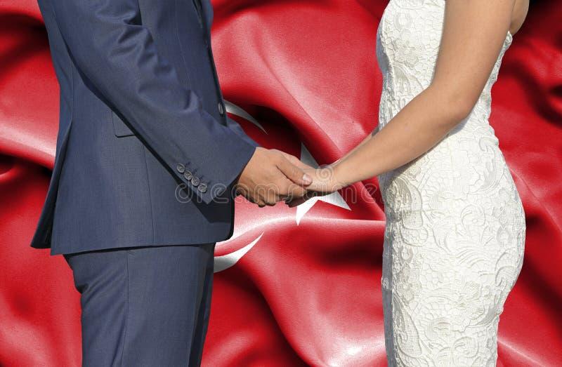 Marido y esposa que llevan a cabo las manos - fotograf?a conceptual del matrimonio en Turqu?a imagen de archivo