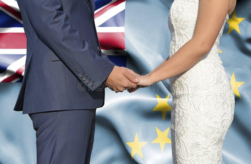 Marido y esposa que llevan a cabo las manos - fotograf?a conceptual del matrimonio en Tuvalu fotografía de archivo