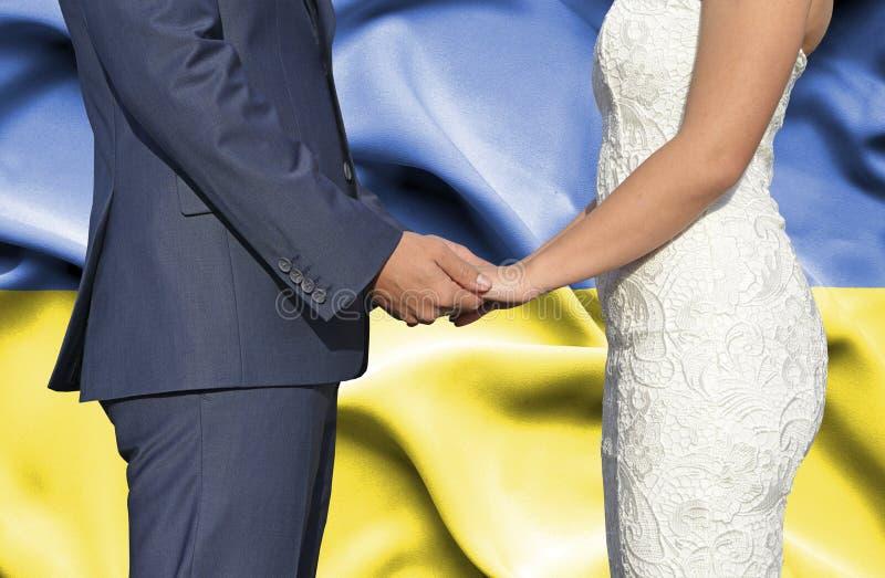 Marido y esposa que llevan a cabo las manos - fotograf?a conceptual del matrimonio en Ucrania foto de archivo