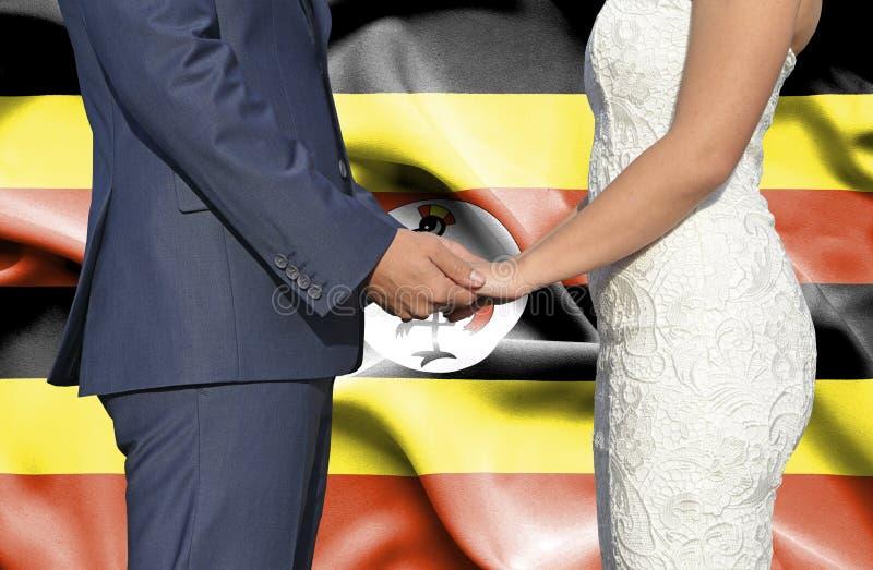 Marido y esposa que llevan a cabo las manos - fotograf?a conceptual del matrimonio en Uganda fotos de archivo libres de regalías