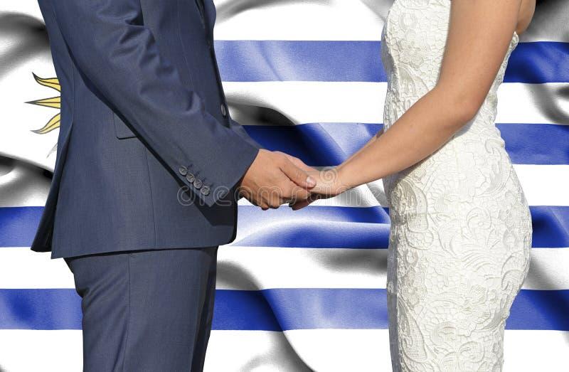 Marido y esposa que llevan a cabo las manos - fotograf?a conceptual del matrimonio en Uruguay imágenes de archivo libres de regalías