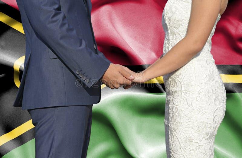 Marido y esposa que llevan a cabo las manos - fotograf?a conceptual del matrimonio en Vanuatu fotografía de archivo libre de regalías