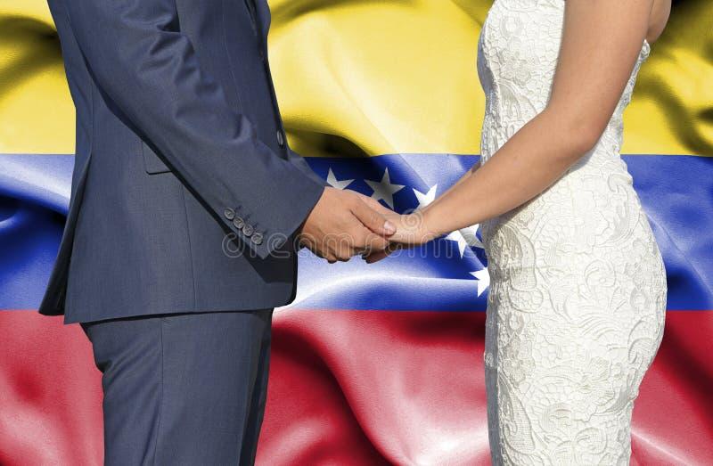 Marido y esposa que llevan a cabo las manos - fotograf?a conceptual del matrimonio en Venezuela imagen de archivo libre de regalías