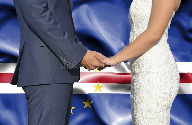 Marido y esposa que llevan a cabo las manos - fotograf?a conceptual del matrimonio en Cabo Verde fotografía de archivo libre de regalías