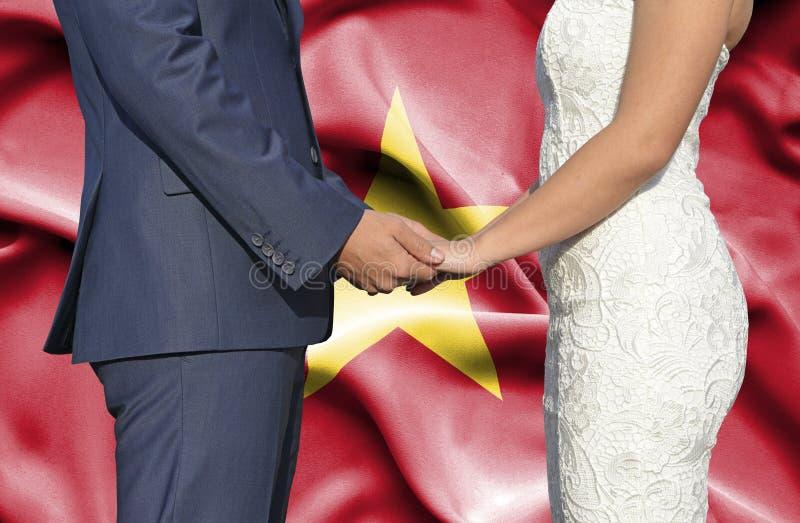 Marido y esposa que llevan a cabo las manos - fotograf?a conceptual del matrimonio en Vietnam foto de archivo