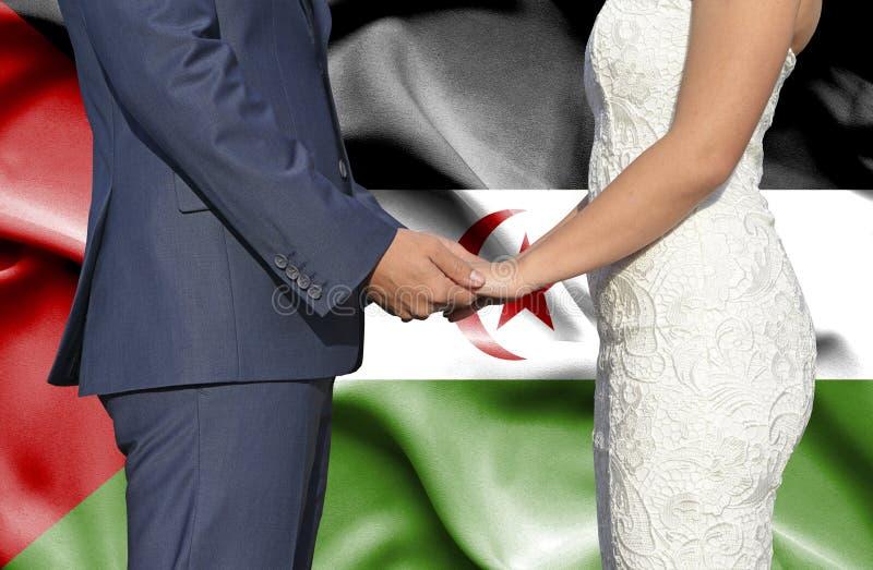 Marido y esposa que llevan a cabo las manos - fotograf?a conceptual del matrimonio en Western Sahara fotografía de archivo