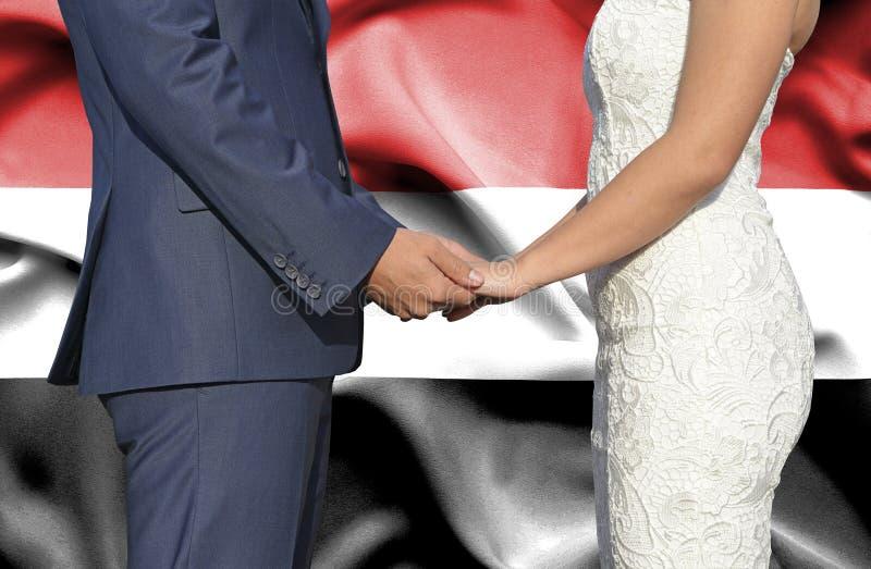 Marido y esposa que llevan a cabo las manos - fotograf?a conceptual del matrimonio en Yemen fotos de archivo