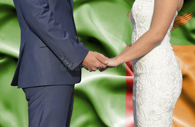 Marido y esposa que llevan a cabo las manos - fotograf?a conceptual del matrimonio en Zambia fotos de archivo libres de regalías