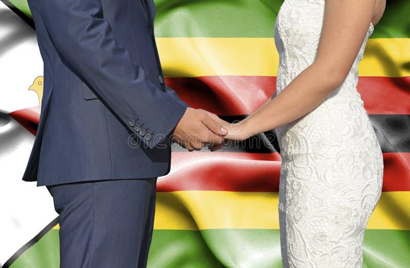 Marido y esposa que llevan a cabo las manos - fotograf?a conceptual del matrimonio en Zimbabwe fotos de archivo libres de regalías