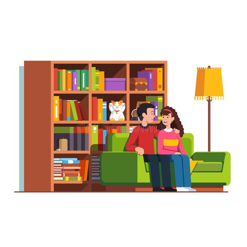 Marido y esposa que se sientan en el sofá en la sala de estar imágenes de archivo libres de regalías