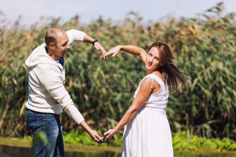 Marido y primer embarazada de la esposa foto de archivo libre de regalías