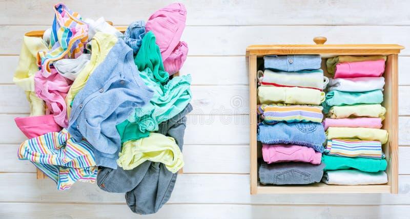 Marie Kondo tyding vers le haut du concept de méthode - avant et après le tiroir de vêtements d'enfants photos stock