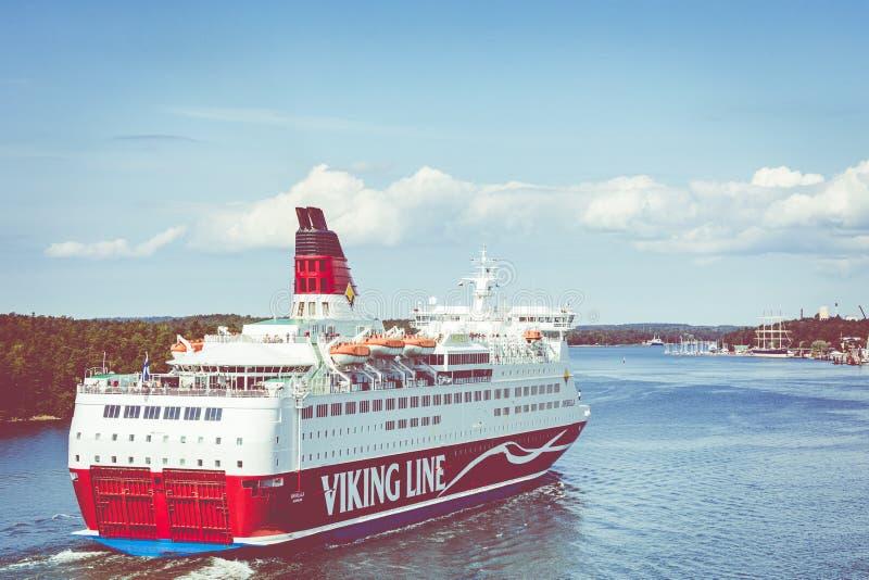 MARIEHAMN, ALAND-EILANDEN - 06 AUGUSTUS, 2019: Cruiseferrylidstaten Amorella komen aan haven van Aland-Eilanden Het werkte door d royalty-vrije stock foto's