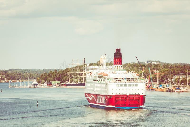 MARIEHAMN, ALAND-EILANDEN - 06 AUGUSTUS, 2019: Cruiseferrylidstaten Amorella komen aan haven van Aland-Eilanden Het werkte door d stock afbeeldingen