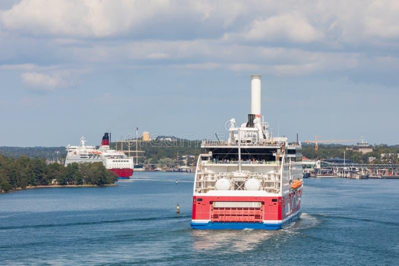 MARIEHAMN, ALAND-EILANDEN - 06 AUGUSTUS, 2019: Cruiseferrylidstaten Amorella komen aan haven van Aland-Eilanden Het werkte door d royalty-vrije stock afbeeldingen
