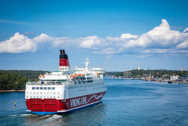 MARIEHAMN, ALAND-EILANDEN - 06 AUGUSTUS, 2019: Cruiseferrylidstaten Amorella komen aan haven van Aland-Eilanden Het werkte door d stock foto's