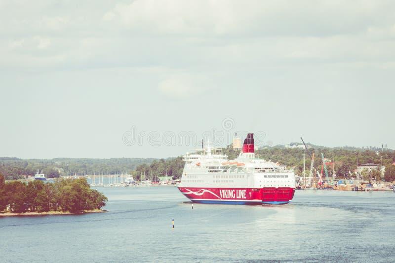 MARIEHAMN, ALAND-EILANDEN - 06 AUGUSTUS, 2019: Cruiseferrylidstaten Amorella komen aan haven van Aland-Eilanden Het werkte door d stock foto