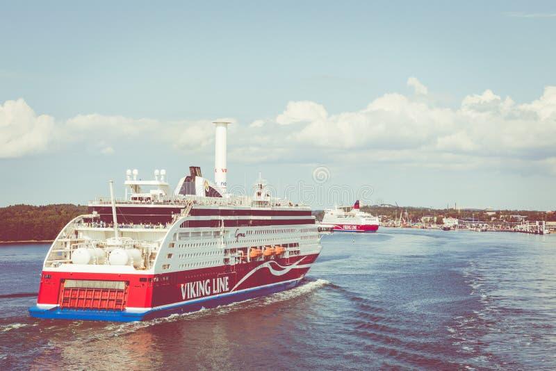 MARIEHAMN, ALAND-EILANDEN - 06 AUGUSTUS, 2019: Cruiseferrylidstaten Amorella komen aan haven van Aland-Eilanden Het werkte door d stock fotografie