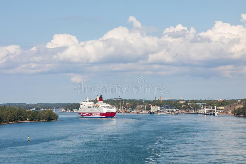 MARIEHAMN, ALAND-EILANDEN - 06 AUGUSTUS, 2019: Cruiseferrylidstaten Amorella komen aan haven van Aland-Eilanden Het werkte door d royalty-vrije stock fotografie