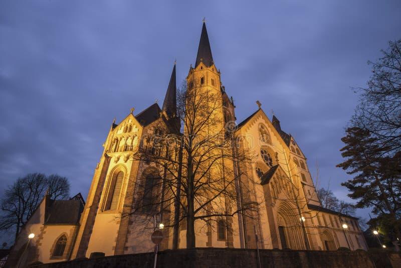 marien kyrkan gelnhausen Tyskland i aftonen arkivfoton