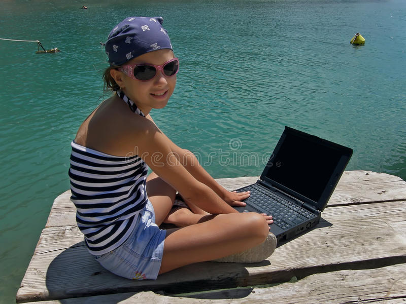 Marien meisje met laptop op overzees royalty-vrije stock foto