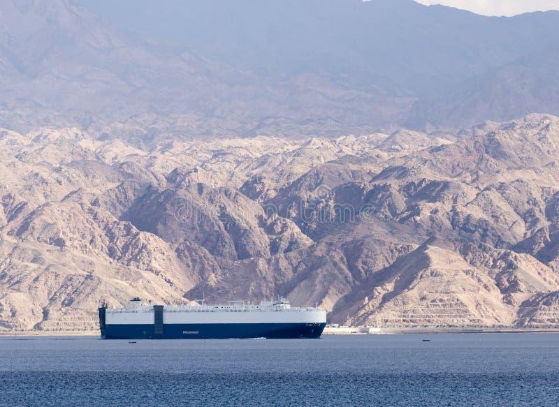 Marien vrachtschip in de golf van Aqaba, mening van de kustlijn van Israël stock foto's