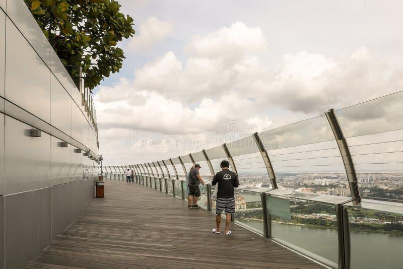 MARIENE BAAI, SINGAPORE, December 2018 - de Toeristen genieten van meningen van het beroemde dek van de het zandobservatie van de stock afbeelding