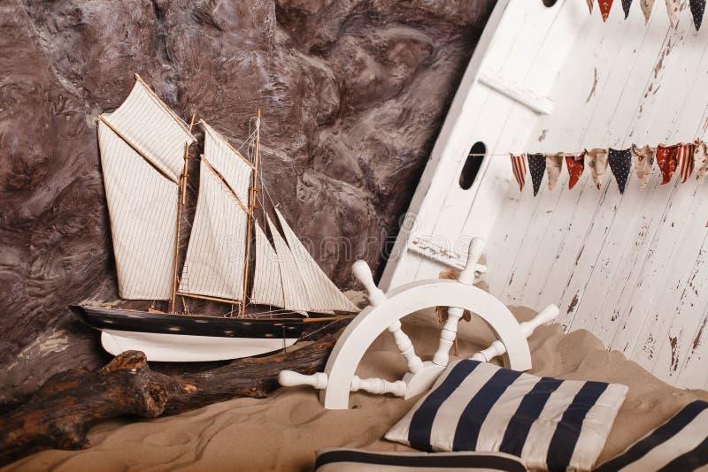 Mariene decoratie Schip en wiel in zand royalty-vrije stock fotografie