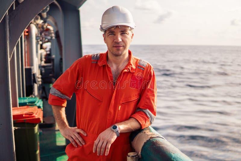 Mariene hoge ambtenaar of eerste stuurman op dek van schip of schip stock afbeeldingen