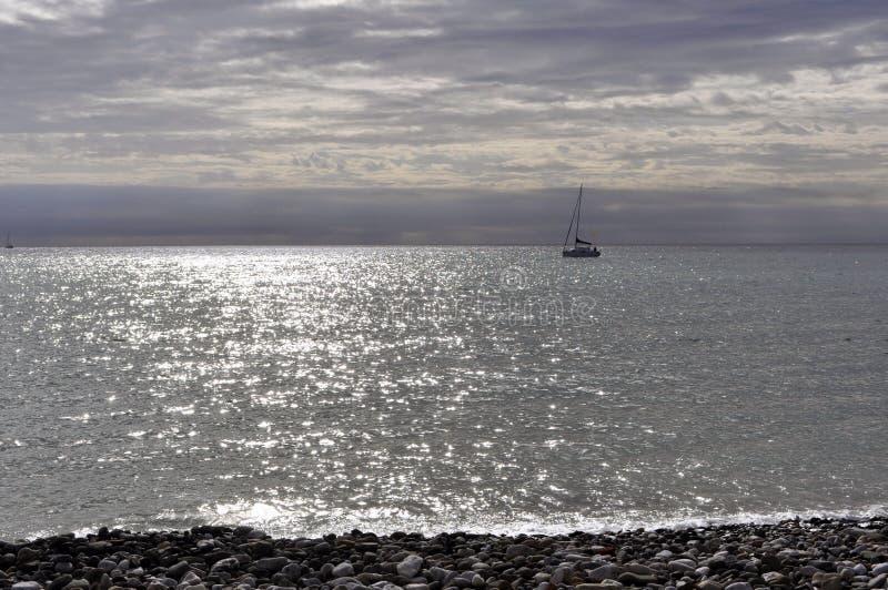 Mariene horizon met een schip stock afbeeldingen