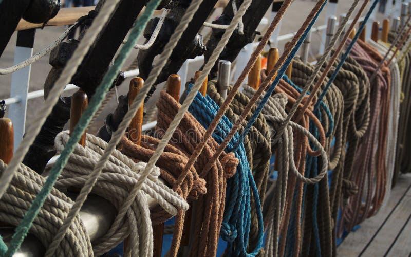 Mariene kabels in bijlage aan optuigen op dek van een lang schip stock foto