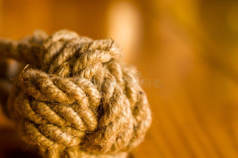 mariene knoop van dikke bruine kabel stock afbeelding