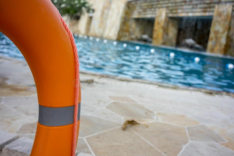 Mariene reddingsboei op omheining, dichtbij zwembad stock foto