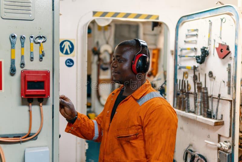 Mariene werktuigkundige die in motorruimte werken royalty-vrije stock foto's