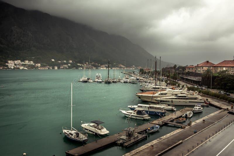Mariene zeehaven met vastgelegde luxejachten en boten in middeleeuwse Kotor-baai in Montenegro in donkere regenachtige de herfstd royalty-vrije stock foto's