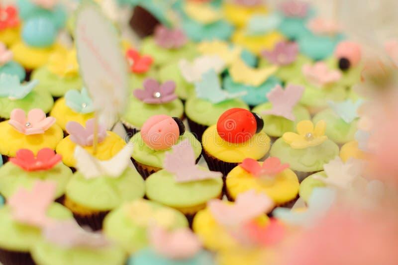 Marienkäfer auf kleinen Kuchen lizenzfreie stockfotografie