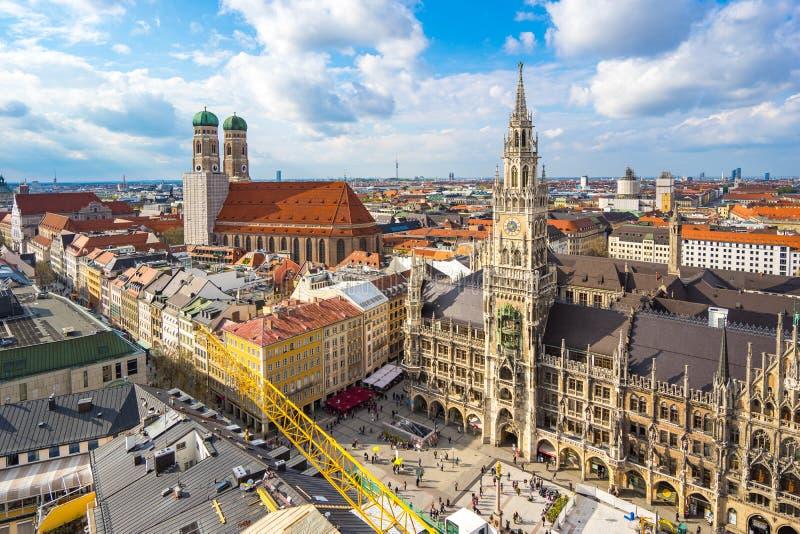 Marienplatz城镇厅和Frauenkirche鸟瞰图在慕尼黑, 免版税库存图片