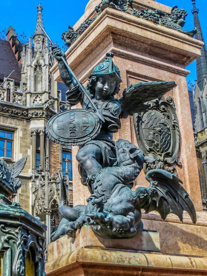 Marienplatz -新市镇霍尔-战争雕象龙  免版税库存图片