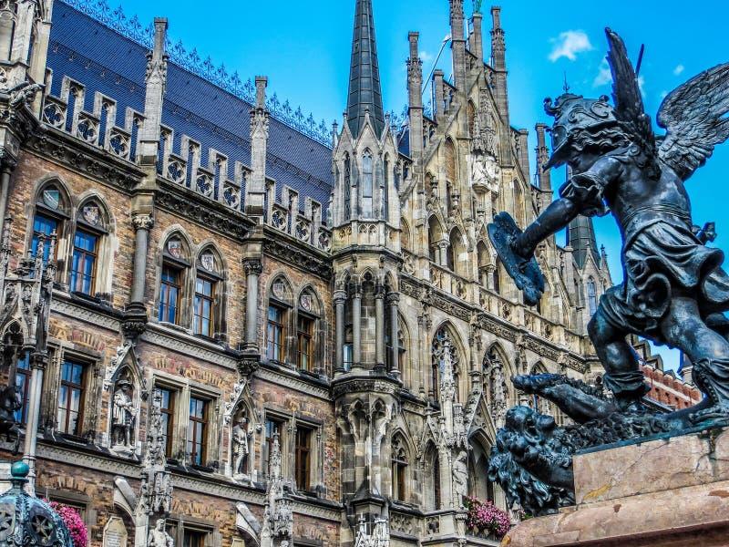 Marienplatz -新市镇霍尔-饥饿雕象狮子  免版税库存图片